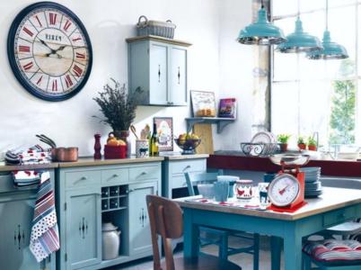 Los muebles laminados en azul turquesa y los azulejos multicolor son los protagonistas de esta cocina.