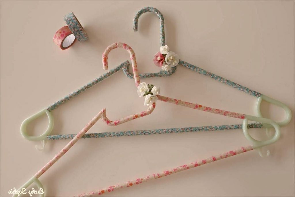 Perchas decoradas con washi tape