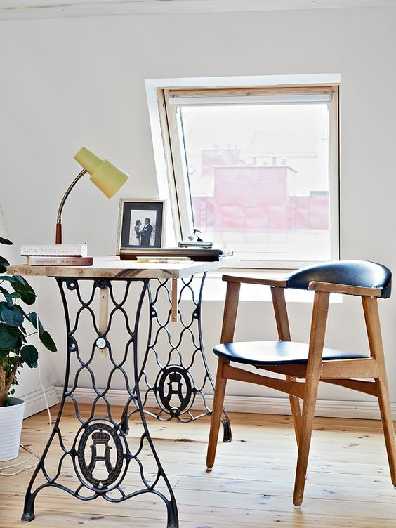 Maquina coser antigua convertida en mueble de lectura