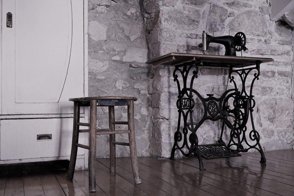 Maquina de coser vintage en decoración